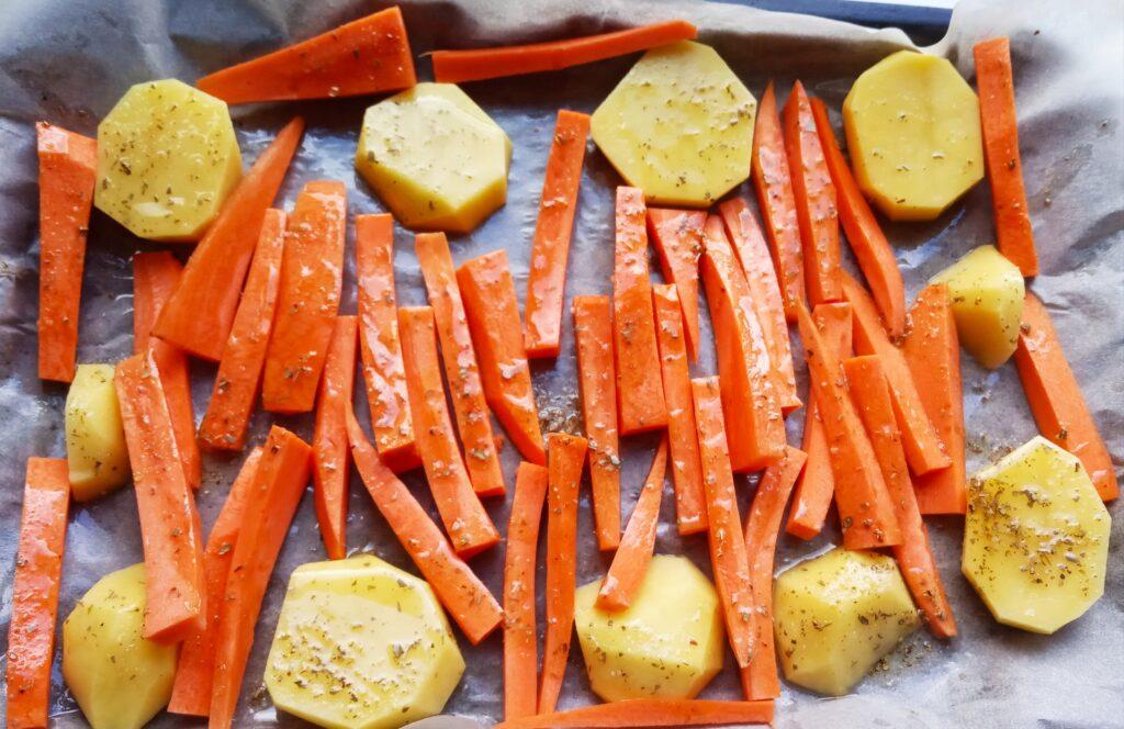 Фото рецепта - Запеченные картофель и морковь - шаг 3