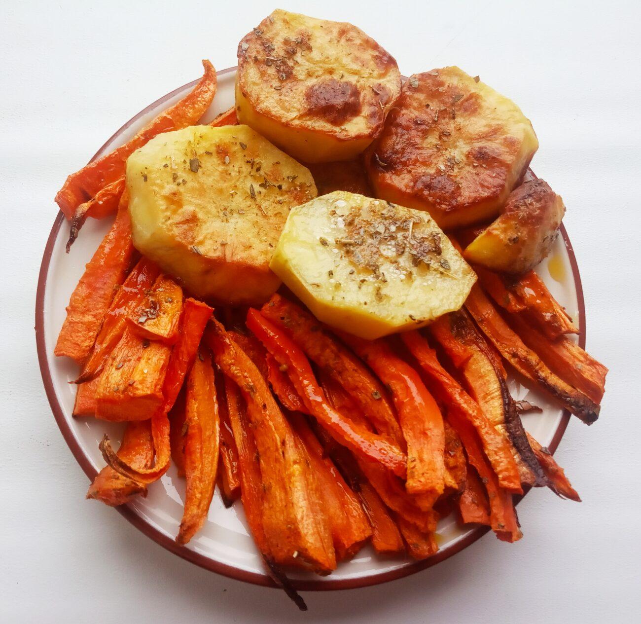 Запеченные картофель и морковь
