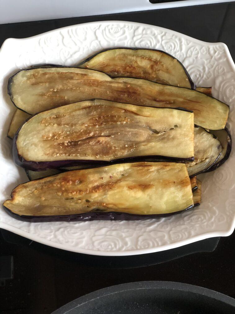 Фото рецепта - Рулетики из баклажанов с томатами и чесноком - шаг 7