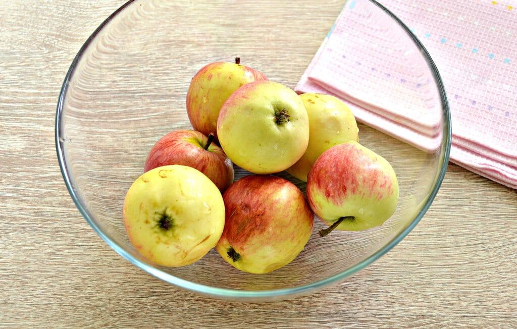 Фото рецепта - Замороженные яблоки на зиму для компота и пирогов - шаг 1