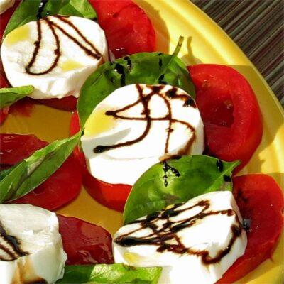 Салат Капрезе с домашним бальзамическим соусом - рецепт с фото