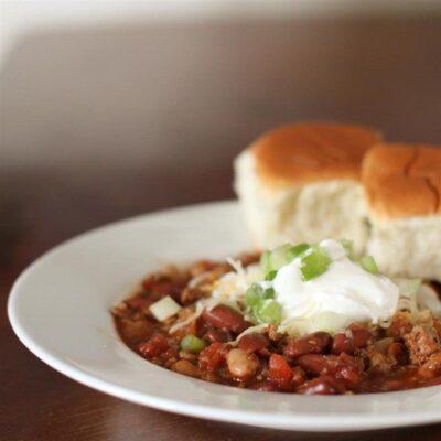 Тушеная фасоль и индейка с перцем чили и помидорами - рецепт с фото