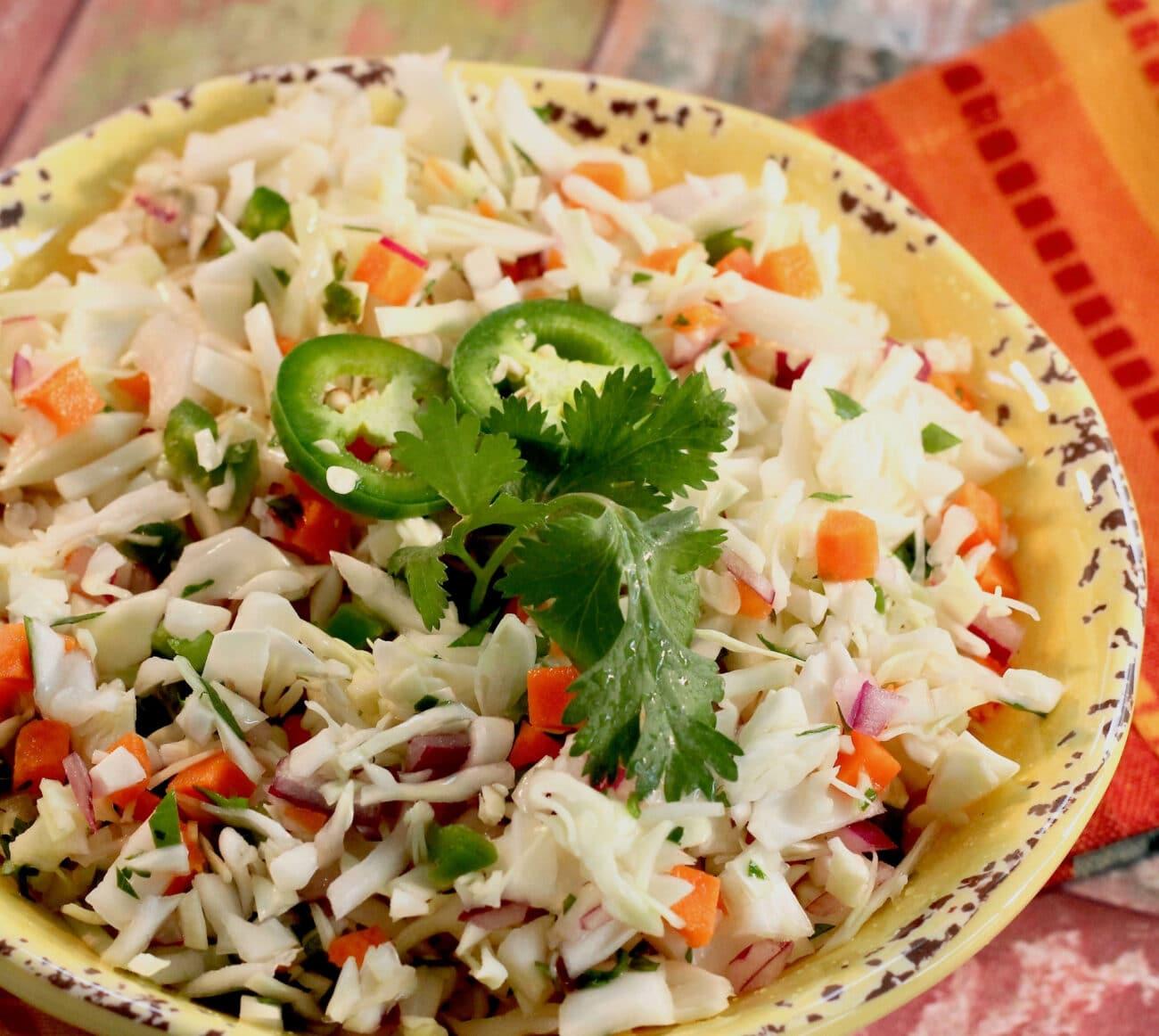 Салат из капусты с перцем и лаймом