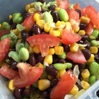 Фасолевый салат с кукурузой и помидорами - рецепт с фото