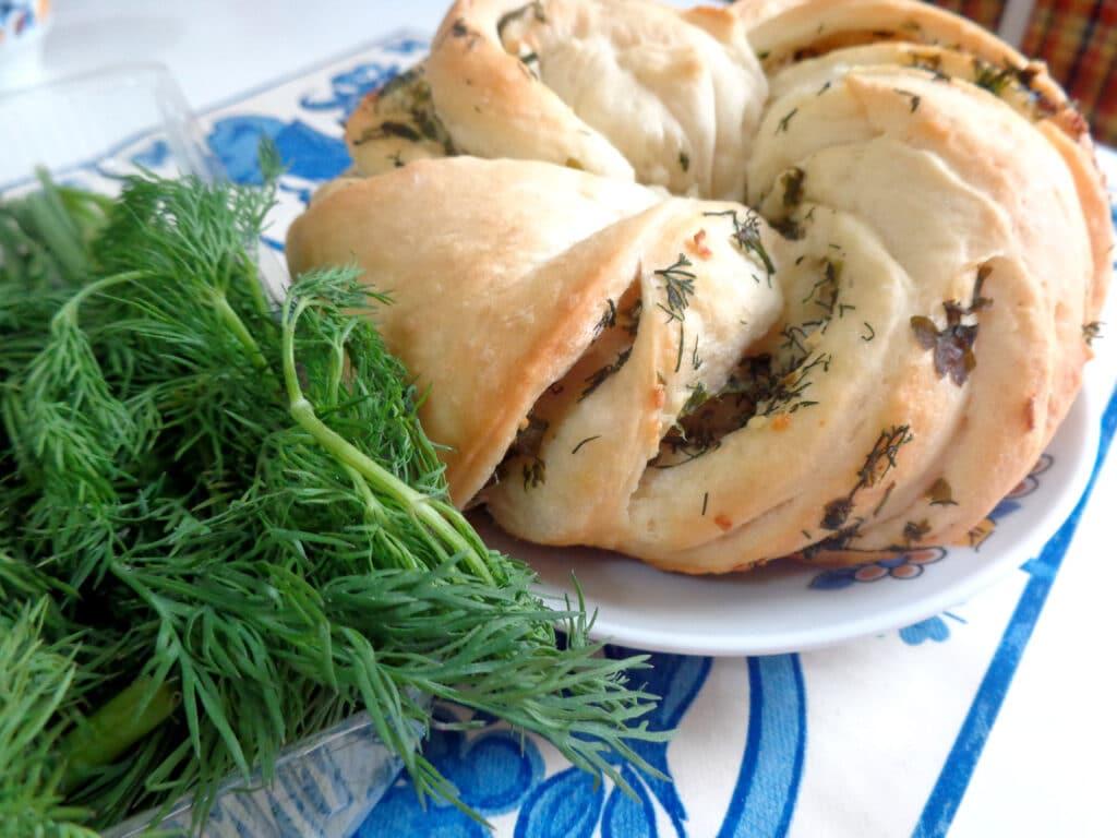 Фото рецепта - Калач с чесноком и зеленью - шаг 11