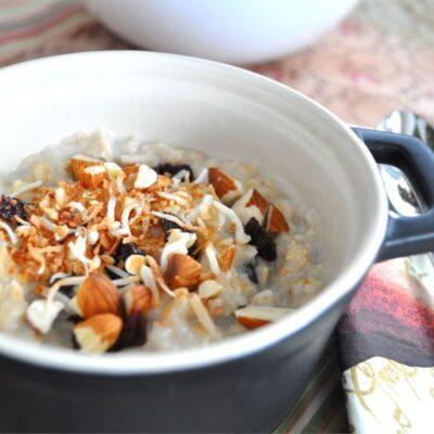 Овсянка на завтрак с вишней миндалем - рецепт с фото