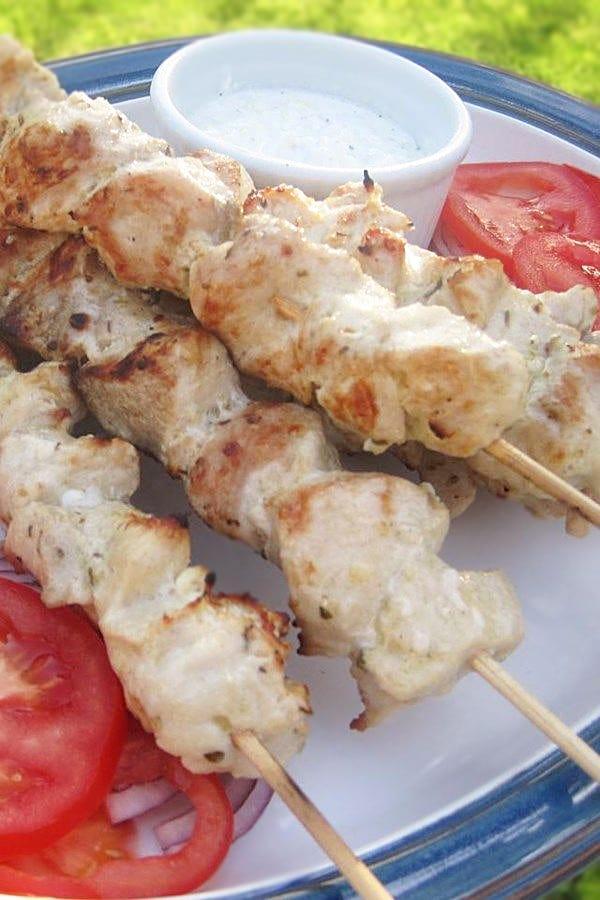 Куриные сувлаки (шашлычки) с соусом цацики