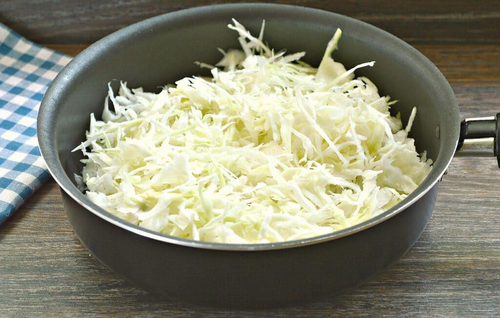 Фото рецепта - Чебуреки с капустой - шаг 1