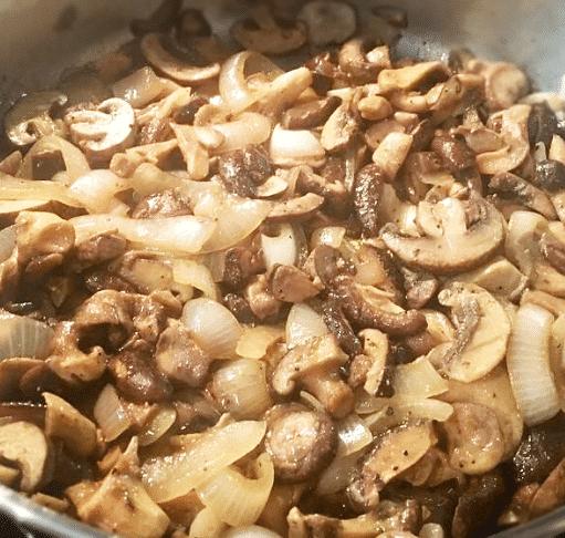 Обжаренные грибы в соусе с чесноком и луком