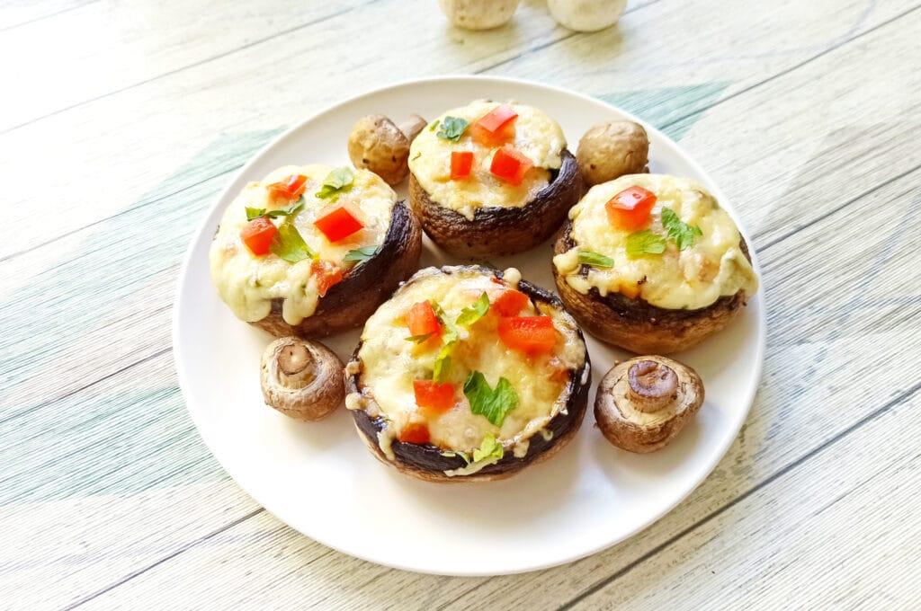Фото рецепта - Шампиньоны, фаршированные помидорами и плавленым сыром в духовке - шаг 10