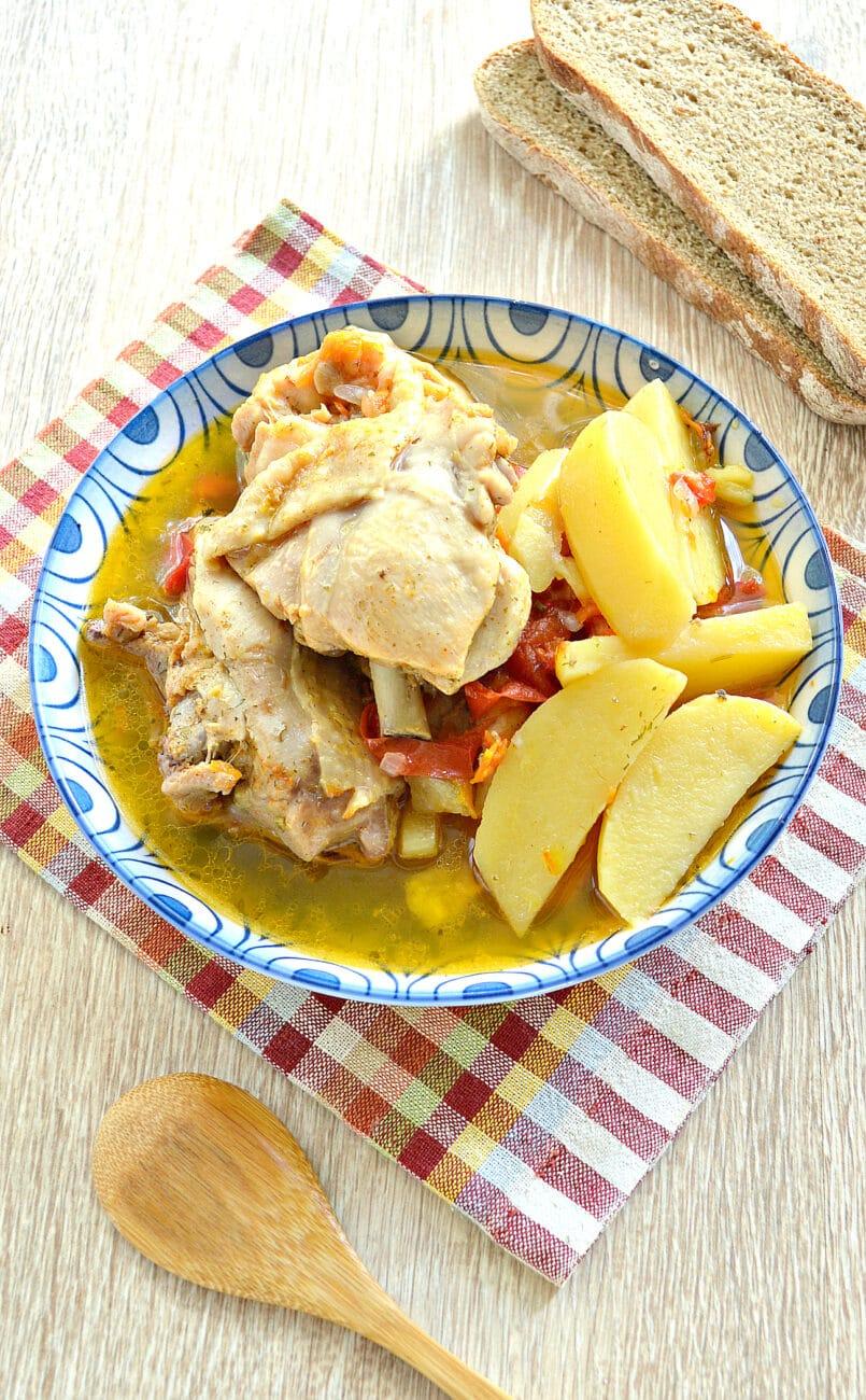 Куриные бедра с овощами и картофелем в мультиварке