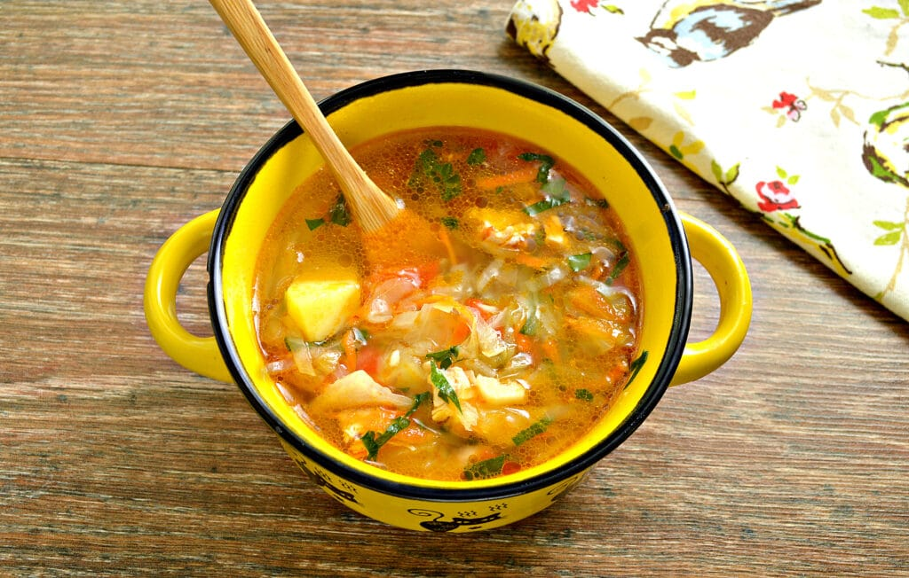 Фото рецепта - Щи с курицей, капустой и помидорами - шаг 10