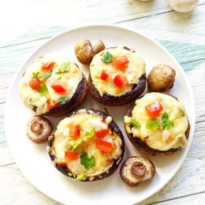 Шампиньоны, фаршированные помидорами и плавленым сыром в духовке - рецепт с фото