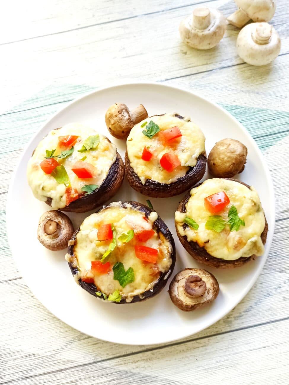 Шампиньоны, фаршированные помидорами и плавленым сыром в духовке