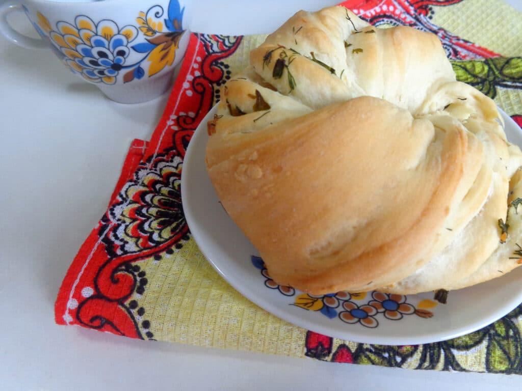 Фото рецепта - Калач с чесноком и зеленью - шаг 13