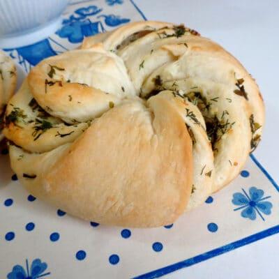 Калач с чесноком и зеленью - рецепт с фото