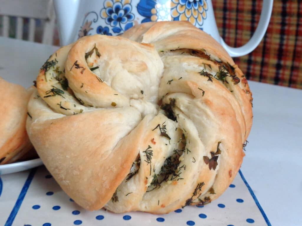 Фото рецепта - Калач с чесноком и зеленью - шаг 10