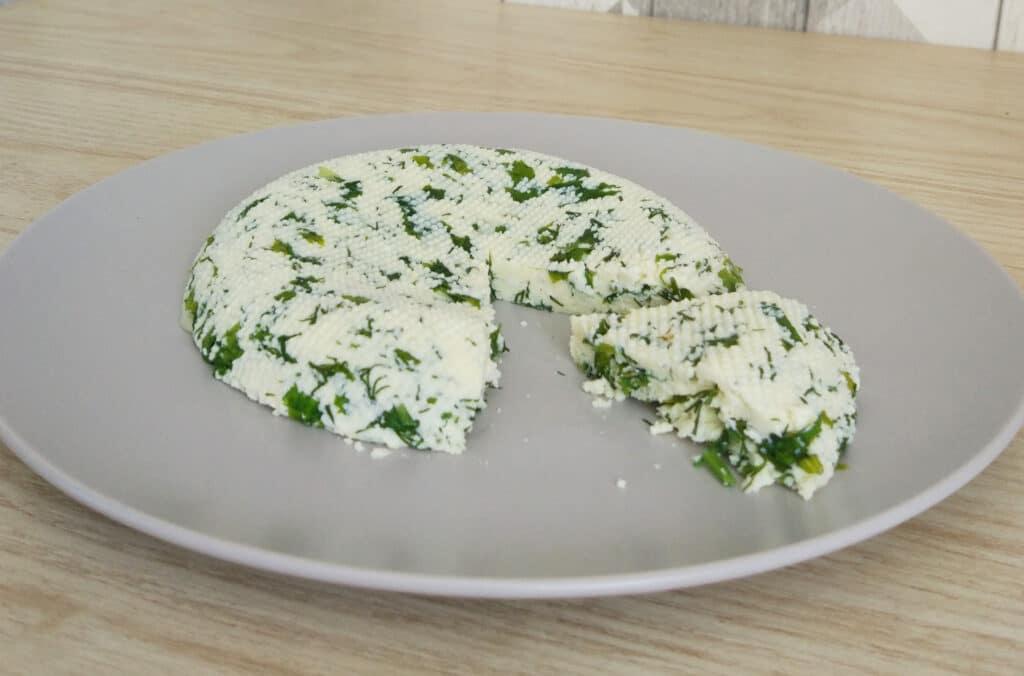Фото рецепта - Домашний сыр с зеленью и чесноком - шаг 13