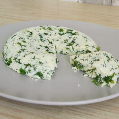 Домашний сыр с зеленью и чесноком - рецепт с фото