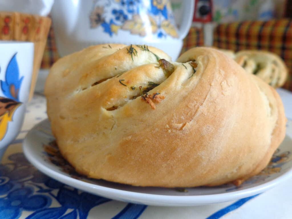 Фото рецепта - Калач с чесноком и зеленью - шаг 12