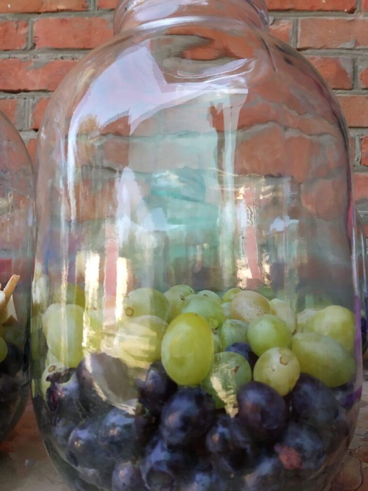 Фото рецепта - Компот из двух сортов винограда и яблок (на зиму) - шаг 1