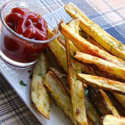 Картофель-фри, запеченный в духовке с чесноком и сыром - рецепт с фото