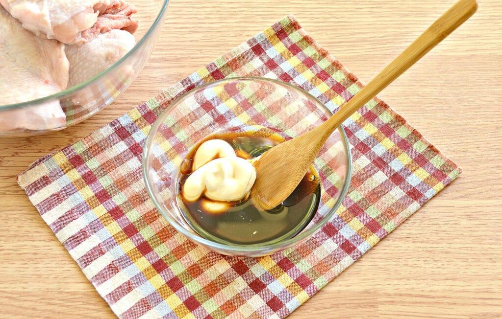 Фото рецепта - Куриные бедра в духовке в соевом соусе и майонезе - шаг 2