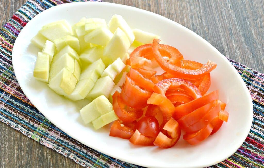 Фото рецепта - Тушеный картофель с капустой и овощами в мультиварке - шаг 2