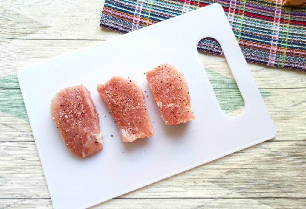 Фото рецепта - Салат с мясом на пару, помидорами и сыром - шаг 2