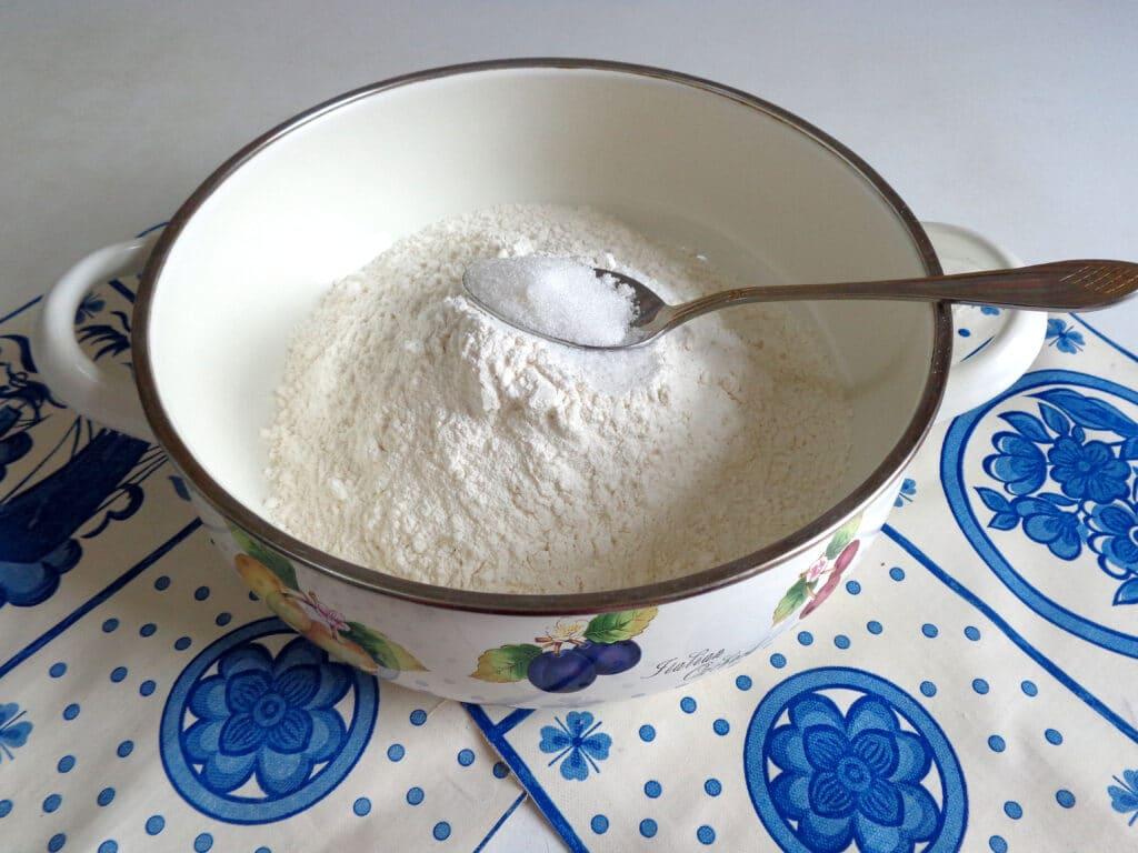 Фото рецепта - Калач с чесноком и зеленью - шаг 1