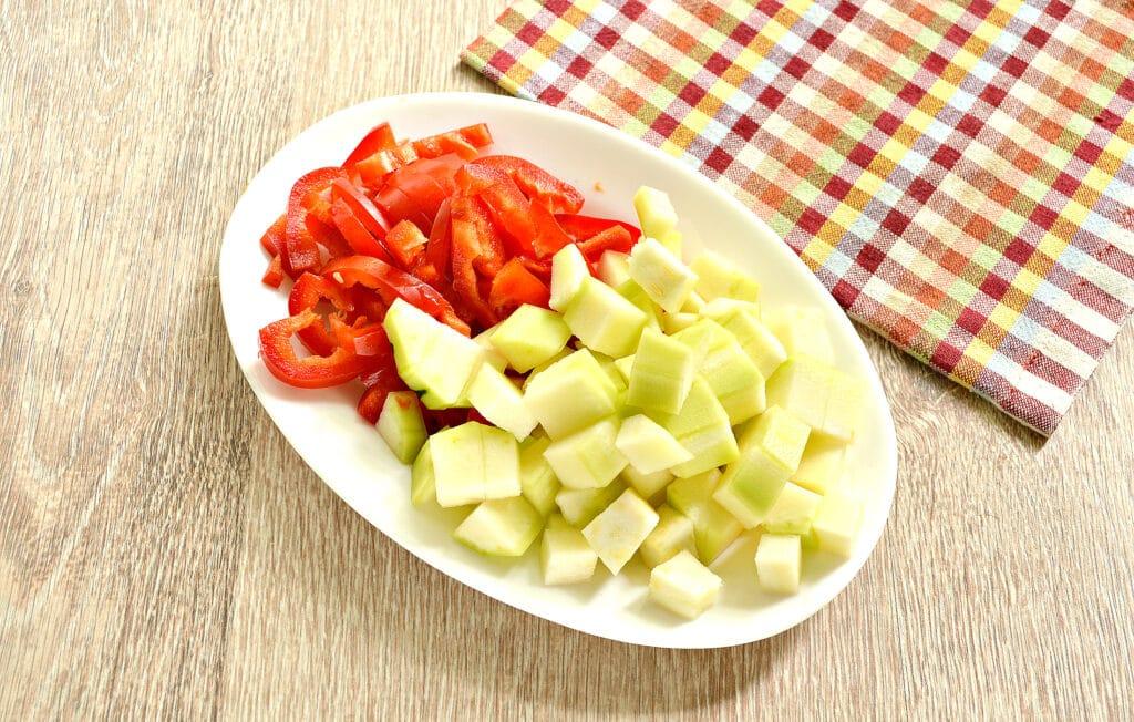 Фото рецепта - Куриные бедра с овощами и картофелем в мультиварке - шаг 3