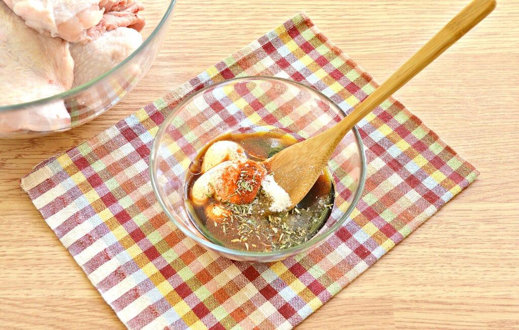 Фото рецепта - Куриные бедра в духовке в соевом соусе и майонезе - шаг 3