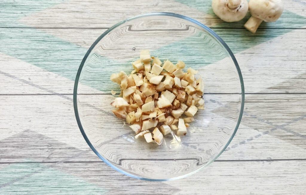 Фото рецепта - Шампиньоны, фаршированные помидорами и плавленым сыром в духовке - шаг 3
