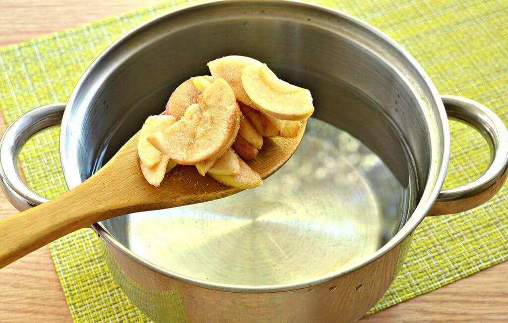 Фото рецепта - Компот из замороженных яблок - шаг 3