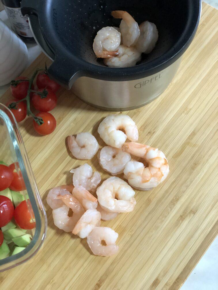 Фото рецепта - Салат с авокадо и креветками - шаг 9