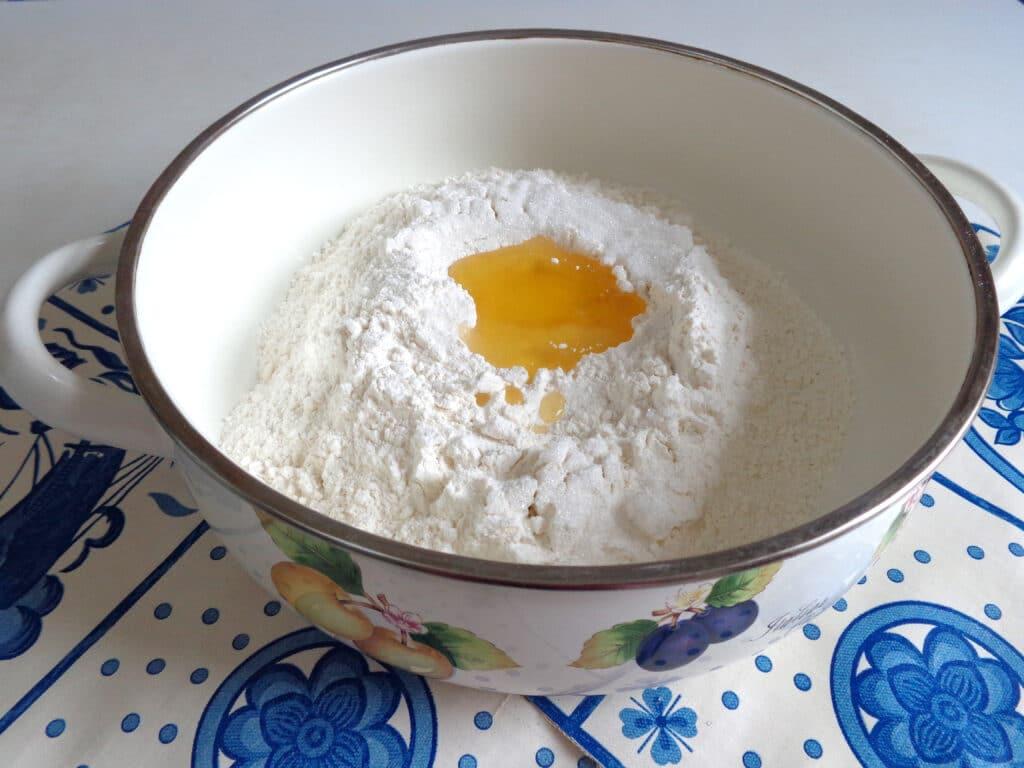 Фото рецепта - Калач с чесноком и зеленью - шаг 2