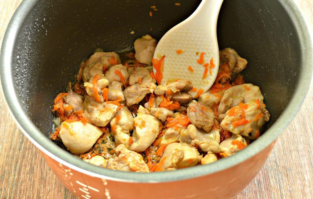 Фото рецепта - Плов с куриными бедрами в мультиварке - шаг 4