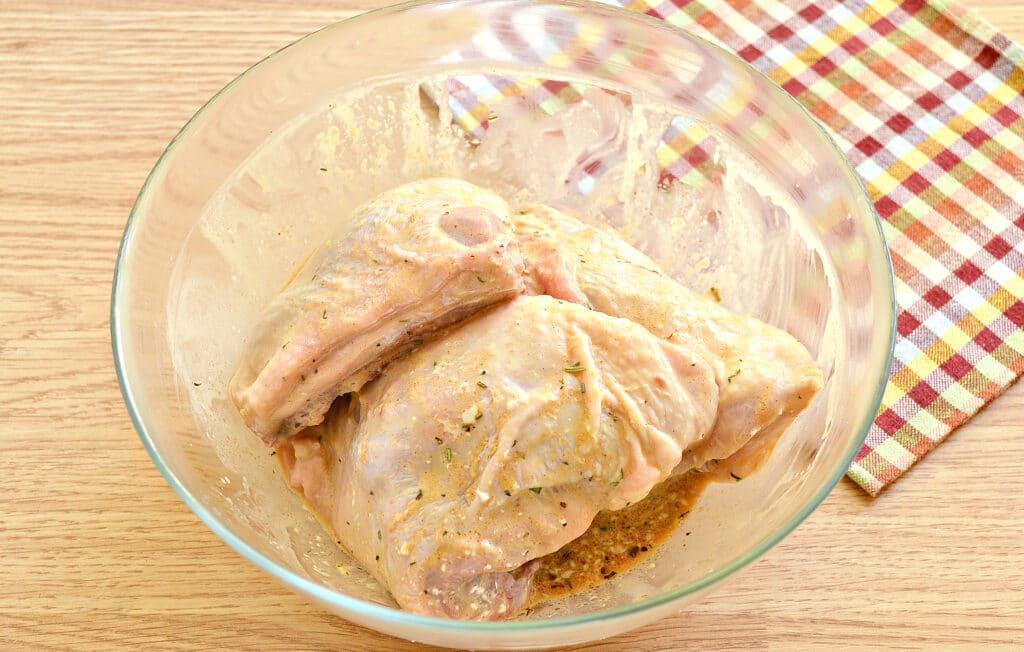 Фото рецепта - Куриные бедра в духовке в соевом соусе и майонезе - шаг 4