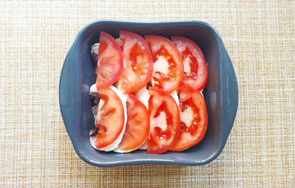 Фото рецепта - Курица под сырной корочкой с грибами и помидорами - шаг 4
