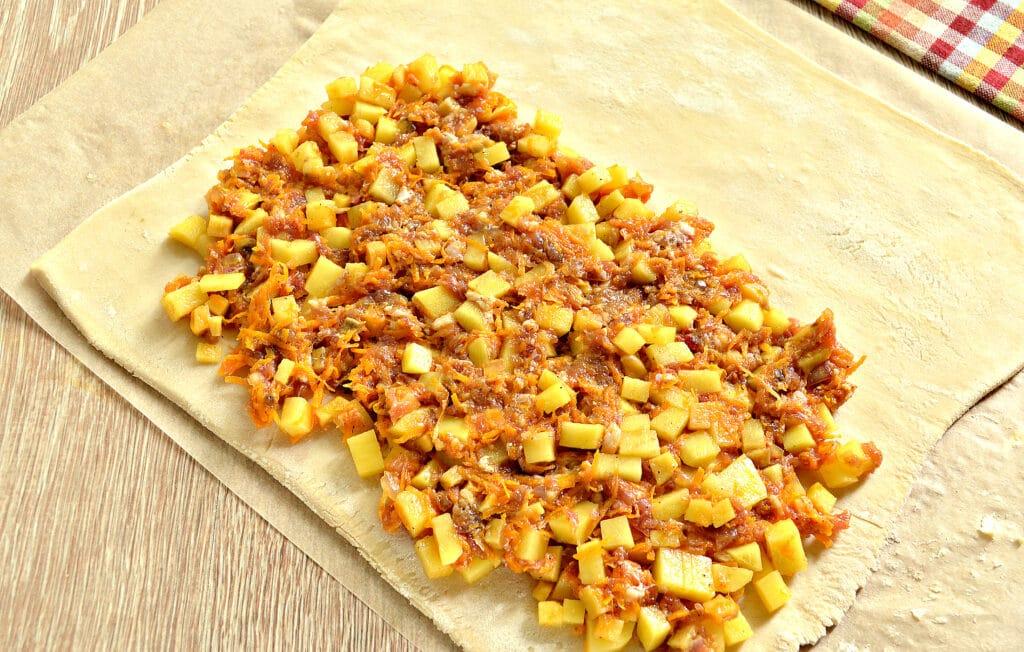 Фото рецепта - Пирог из слоеного теста с фаршем, картофелем и тыквой - шаг 5