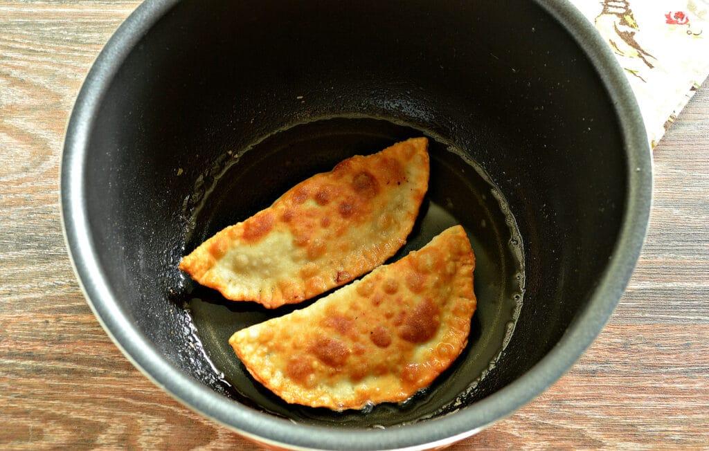 Фото рецепта - Чебуреки в мультиварке - шаг 5