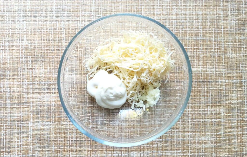 Фото рецепта - Курица под сырной корочкой с грибами и помидорами - шаг 5