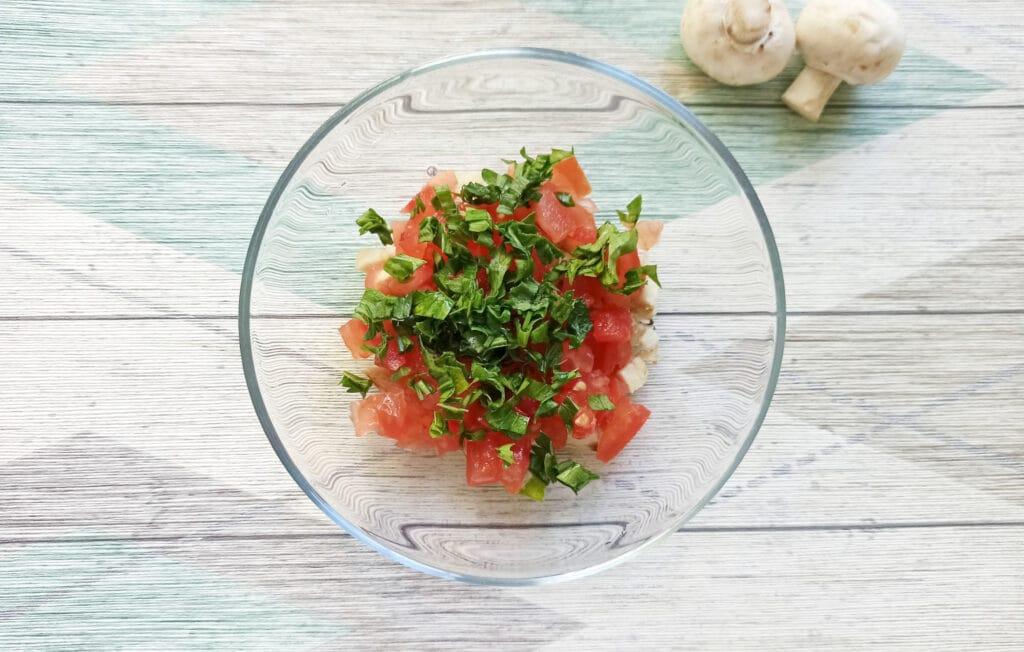 Фото рецепта - Шампиньоны, фаршированные помидорами и плавленым сыром в духовке - шаг 5
