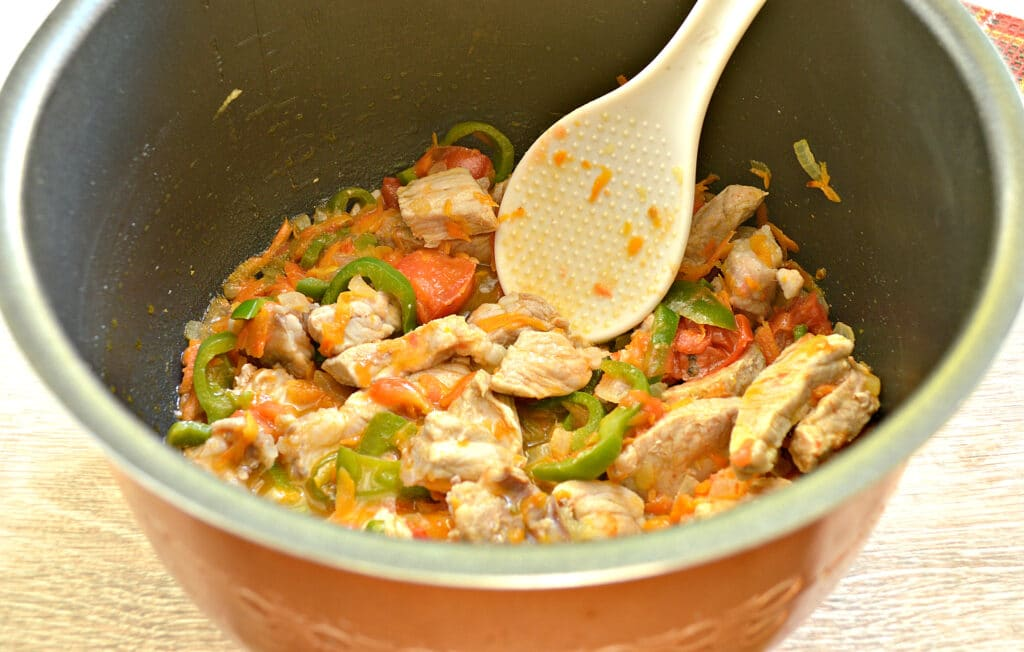 Фото рецепта - Свинина с картофелем, перцем и помидорами в мультиварке - шаг 4