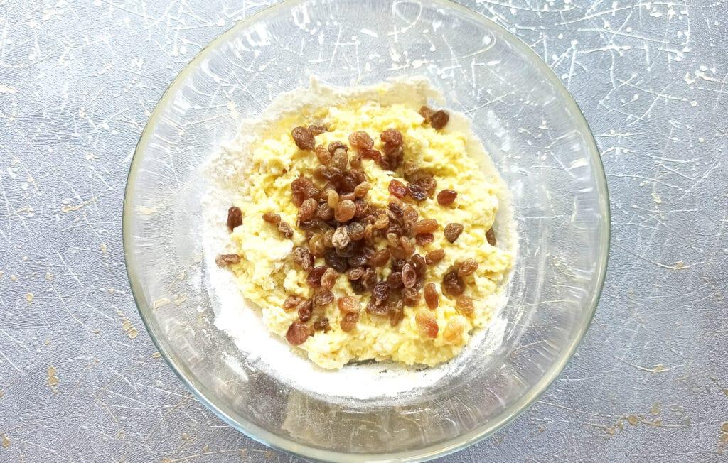 Фото рецепта - Творожные булочки с изюмом в духовке - шаг 5