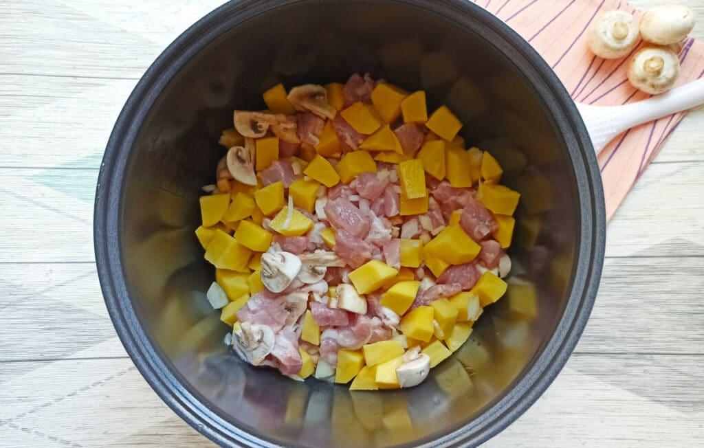Фото рецепта - Свинина с шампиньонами и картофелем в мультиварке - шаг 5