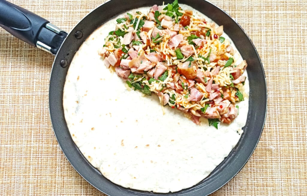 Фото рецепта - Мексиканская кесадилья с копченой курицей - шаг 6