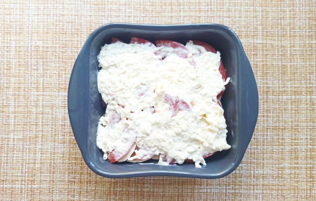 Фото рецепта - Курица под сырной корочкой с грибами и помидорами - шаг 6