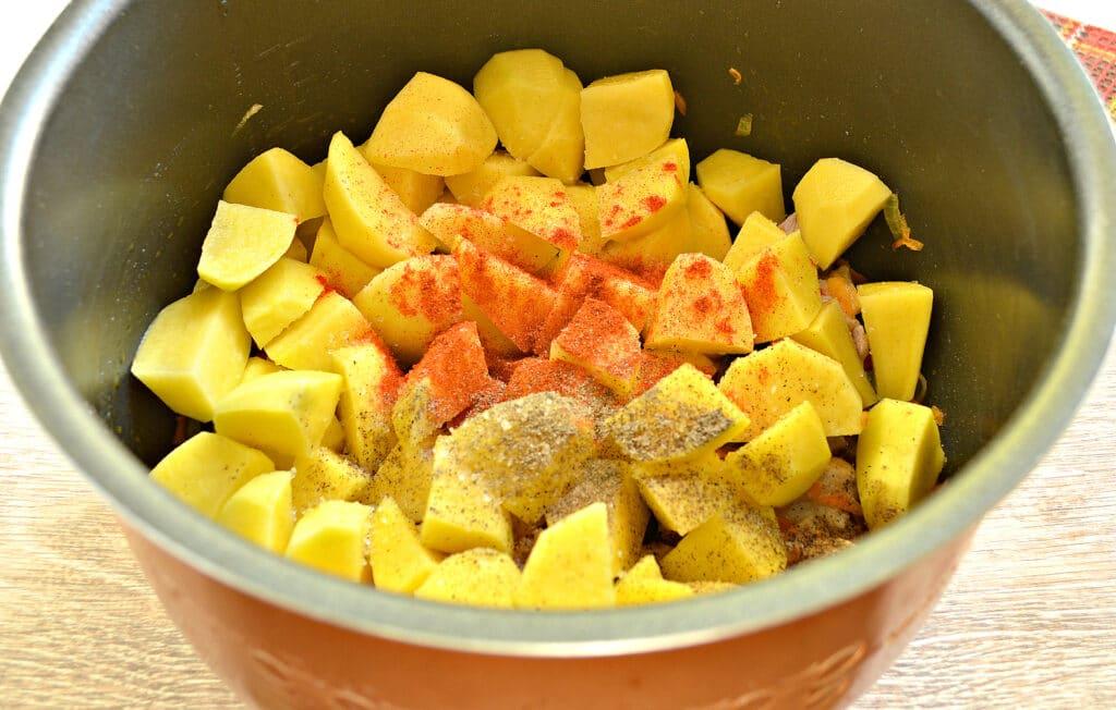 Фото рецепта - Свинина с картофелем, перцем и помидорами в мультиварке - шаг 6