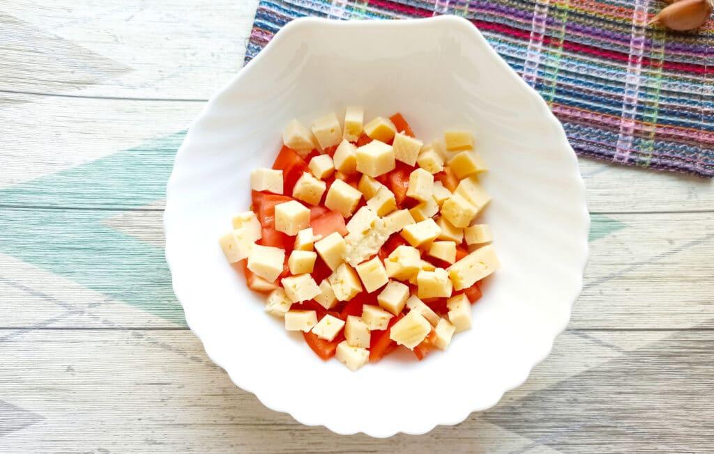 Фото рецепта - Салат с мясом на пару, помидорами и сыром - шаг 6